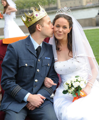Easyjet William and Kate lookalikes